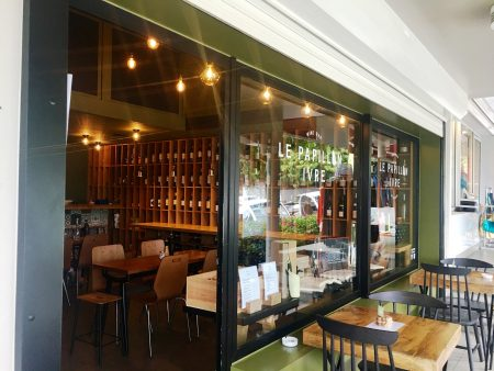 Le Papillon Ivre offers indoor and outdoor seating in a little shopping plaza off the Route de Saline in St. Jean