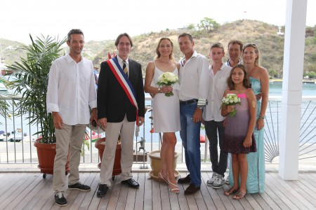 Eddy, Nils Dufau, Vice-President of the Hôtel de la Collectivité who performed the wedding ceremony, Magda, Fred, Ryan, Joel, Valérie and Sandrine photo : François Vochelle