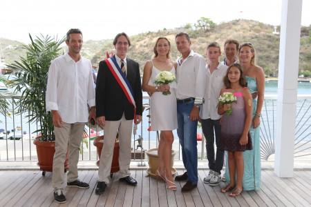 Eddy, Nils Dufau, Vice-President of the Hôtel de la Collectivité who performed the wedding ceremony, Magda, Fred, Ryan, Joel, Valérie and Sandrine photo : François Vochelle